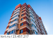 Купить «Высотный жилой дом на фоне голубого неба», фото № 23457217, снято 8 августа 2016 г. (c) Катерина Белякина / Фотобанк Лори
