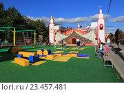 Купить «Детская спортивно-игровая площадка на Болотной набережной в Москве», эксклюзивное фото № 23457481, снято 31 августа 2016 г. (c) Яна Королёва / Фотобанк Лори