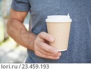 Бумажный стакан с крышкой в руке мужчины. Стоковое фото, фотограф Darkbird77 / Фотобанк Лори