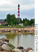 Купить «Осиновецкий маяк и гранитные валуны отражаются в воде Ладожского озера», фото № 23459773, снято 13 июня 2016 г. (c) Максим Мицун / Фотобанк Лори
