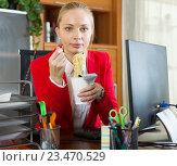 Купить «worker having quick-cooking noodles», фото № 23470529, снято 15 сентября 2019 г. (c) Яков Филимонов / Фотобанк Лори