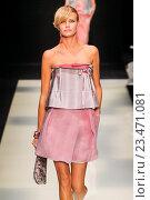Купить «MILAN, ITALY - SEPTEMBER 28: A model walks the runway during the Giorgio Armani fashion show as part of Milan Fashion Week Spring/Summer 2016 on September 28, 2015 in Milan, Italy.», фото № 23471081, снято 28 сентября 2015 г. (c) Anton Oparin / Фотобанк Лори