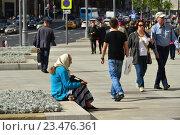 Купить «Люди на пешеходной зоне на Тверской улице после реконструкции в Москве», эксклюзивное фото № 23476361, снято 1 сентября 2016 г. (c) lana1501 / Фотобанк Лори