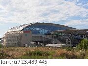 Купить «Вид на здание железнодорожного вокзала Олимпийский парк с трассы А-147, Сочи», фото № 23489445, снято 9 июля 2016 г. (c) Николай Мухорин / Фотобанк Лори