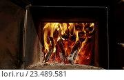Купить «Русская баня. Крупный план пламени в печи», видеоролик № 23489581, снято 12 июля 2016 г. (c) ActionStore / Фотобанк Лори