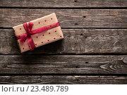 Подарочная коробка с красной лентой на столе. Стоковое фото, фотограф ouh_desire / Фотобанк Лори