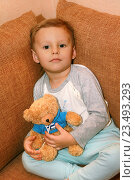 """Купить «Маленький ребенок и любимая игрушка """"Мишка""""», фото № 23493293, снято 4 сентября 2016 г. (c) Виктор Топорков / Фотобанк Лори"""