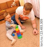 Купить «Маленький ребенок  c отцом строят пирамиду», фото № 23493309, снято 5 сентября 2016 г. (c) Виктор Топорков / Фотобанк Лори