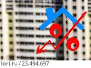 Красный знак процента на фоне жилого дома. Стоковое фото, фотограф Сергеев Валерий / Фотобанк Лори