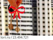 Ключи от квартиры на фоне жилого дома. Стоковое фото, фотограф Сергеев Валерий / Фотобанк Лори