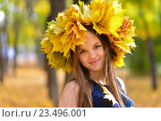 Купить «Молодая женщина в осеннем парке с венком листьев из клена», фото № 23496001, снято 17 сентября 2015 г. (c) Сергей Дорошенко / Фотобанк Лори