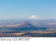 Пятигорск, вид на Эльбрус и горы-лакколиты с вершины горы Машук (2016 год). Редакционное фото, фотограф Валерий Шилов / Фотобанк Лори