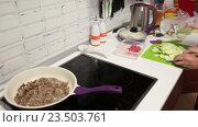 Купить «Нарезка кабачков для обжарки с фаршем на сковородке, кухонная плита», видеоролик № 23503761, снято 22 августа 2016 г. (c) Кекяляйнен Андрей / Фотобанк Лори
