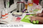 Женские руки режут кабачок на разделочной доске на кухне. Стоковое видео, видеограф Кекяляйнен Андрей / Фотобанк Лори