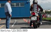 Купить «Начинающий мотоциклист глохнет на старте во время начала упражнения, учебный автодром автошколы», видеоролик № 23503989, снято 21 августа 2016 г. (c) Кекяляйнен Андрей / Фотобанк Лори