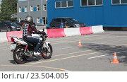 Купить «Учеба на мотоцикле в автошколе», видеоролик № 23504005, снято 21 августа 2016 г. (c) Кекяляйнен Андрей / Фотобанк Лори
