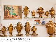Самовары. Экспозиция в музее самоваров в Городце (2016 год). Редакционное фото, фотограф Gagara / Фотобанк Лори