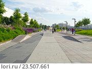 Зона для катания на велосипедах, роликах и скейтах в парке Музеон возле здания Третьяковской галереи (2016 год). Редакционное фото, фотограф Светлана Шимкович / Фотобанк Лори