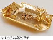 Купить «Свадебные кольца лежат на подносе», эксклюзивное фото № 23507969, снято 16 июля 2016 г. (c) Игорь Низов / Фотобанк Лори