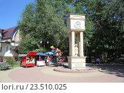 Купить «Уличные часы в центре города Черкесска», эксклюзивное фото № 23510025, снято 6 сентября 2016 г. (c) Алексей Гусев / Фотобанк Лори