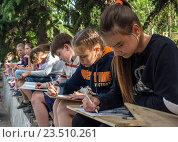 Купить «Группа учеников художественной школы рисует на природе», фото № 23510261, снято 9 июня 2016 г. (c) Вячеслав Палес / Фотобанк Лори
