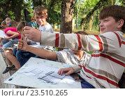 Купить «Юный художник определяет пропорции с помощью карандаша», фото № 23510265, снято 9 июня 2016 г. (c) Вячеслав Палес / Фотобанк Лори