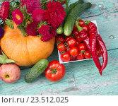 Купить «Овощи,яблоко и цветы астры на столе», фото № 23512025, снято 4 сентября 2016 г. (c) Наталия Кузнецова / Фотобанк Лори