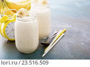 Купить «Банановый смузи в банках мейсон», фото № 23516509, снято 9 августа 2016 г. (c) Елена Веселова / Фотобанк Лори