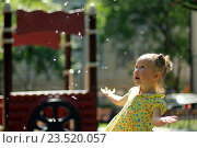 Купить «Маленькая девочка играющая с тополиным пухом», фото № 23520057, снято 1 июня 2016 г. (c) Морозова Татьяна / Фотобанк Лори