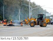 Купить «Бригада рабочих укладывает асфальтовое покрытие на дороге и Измайлове в Москве», эксклюзивное фото № 23520781, снято 13 сентября 2016 г. (c) lana1501 / Фотобанк Лори