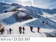 Купить «Группа горнолыжников стоит на развилке трасс, Альпы, Швейцария, 4 долины», фото № 23521561, снято 4 февраля 2010 г. (c) Юлия Бабкина / Фотобанк Лори