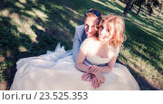 Свадебная пара на траве в лесу. Стоковое фото, фотограф Светлана Сухорукова / Фотобанк Лори