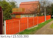 Купить «Дачный домик за оранжевым забором», эксклюзивное фото № 23533393, снято 11 сентября 2016 г. (c) Юрий Морозов / Фотобанк Лори