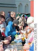 Купить «Люди освящают пасхальные куличи в Новодевичьем монастыре города Москвы», эксклюзивное фото № 23535185, снято 30 апреля 2016 г. (c) Дмитрий Неумоин / Фотобанк Лори