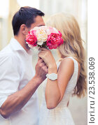 couple with flowers in the city. Стоковое фото, фотограф Syda Productions / Фотобанк Лори