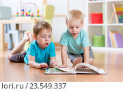 Купить «happy kids boys brothers reading encyclopedia together at home», фото № 23549337, снято 23 февраля 2016 г. (c) Оксана Кузьмина / Фотобанк Лори