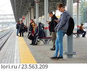 Купить «Люди ожидают поезд на пассажирской платформе станции «Автозаводская» Московского центрального кольца (МЦК)», эксклюзивное фото № 23563209, снято 20 сентября 2016 г. (c) lana1501 / Фотобанк Лори