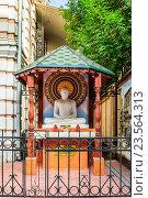 Купить «Просветлённый Гуатама Будда. Статуя возле посольства Республики Шри-Ланка. Москва», фото № 23564313, снято 18 августа 2016 г. (c) Владимир Устенко / Фотобанк Лори