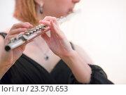 Девушка играет на флейте во время концерта в консерватории, фото № 23570653, снято 22 сентября 2016 г. (c) Николай Винокуров / Фотобанк Лори