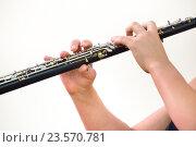 Купить «Девушка играет на деревянный духовой музыкальный инструмент кларнете во время выступления на сцене», фото № 23570781, снято 22 сентября 2016 г. (c) Николай Винокуров / Фотобанк Лори