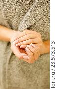 Купить «Женские руки с маникюром», фото № 23573513, снято 8 сентября 2016 г. (c) Екатерина Тарасенкова / Фотобанк Лори