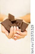Купить «Женские руки держат кусочки шоколада», фото № 23573529, снято 8 сентября 2016 г. (c) Екатерина Тарасенкова / Фотобанк Лори