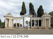 Купить «Колоннада в городе Сухум летом, Абхазия», эксклюзивное фото № 23574345, снято 19 июля 2016 г. (c) Алексей Гусев / Фотобанк Лори