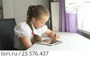 Купить «Школьница использует цифровой планшетный компьютер дома», видеоролик № 23576437, снято 20 июня 2016 г. (c) worker / Фотобанк Лори