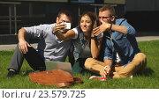 Купить «Счастливые студенты делают селфи», видеоролик № 23579725, снято 13 сентября 2016 г. (c) Виктор Аллин / Фотобанк Лори