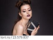 Модная девушка с сумочкой в руках. Стоковое фото, фотограф Вячеслав Чернявский / Фотобанк Лори