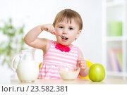 Купить «happy kid girl eating food itself with spoon», фото № 23582381, снято 13 мая 2015 г. (c) Оксана Кузьмина / Фотобанк Лори