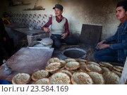 Мужчины выпекают лепешки в пекарне в центре города Кашгар Синьцзян-Уйгурского автономного района Китая (2016 год). Редакционное фото, фотограф Николай Винокуров / Фотобанк Лори