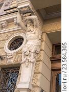 Купить «Фрагмент фасада здания в центре Санкт-Петербурга. Скульптура атланта», фото № 23584305, снято 15 июня 2019 г. (c) Vladimir Sviridenko / Фотобанк Лори