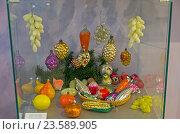 Старые стеклянные елочные игрушки в форме фруктов, плодов и овощей. Клин, музей елочной игрушки. (2016 год). Редакционное фото, фотограф Сергей Рыбин / Фотобанк Лори